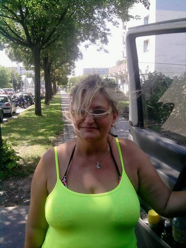 Reife sinnliche Frau bietet entspannende Massagen mit dem